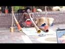 Абориген играет на диджериду