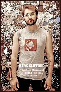 В глуши Австралии Весной 2006 года Марк Клиффорд обнаружил на своей земле шестифутового худого человека. Хотя назвать то, что появилось на глухой ферме в северной Австралии, правильнее было бы