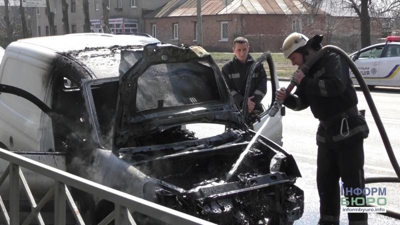 У Харкові на ходу зайнялося авто:чоловік дивом врятувався