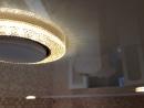 Спайка двух фактур по криволинейности точечные светильники с контурной подсветкой