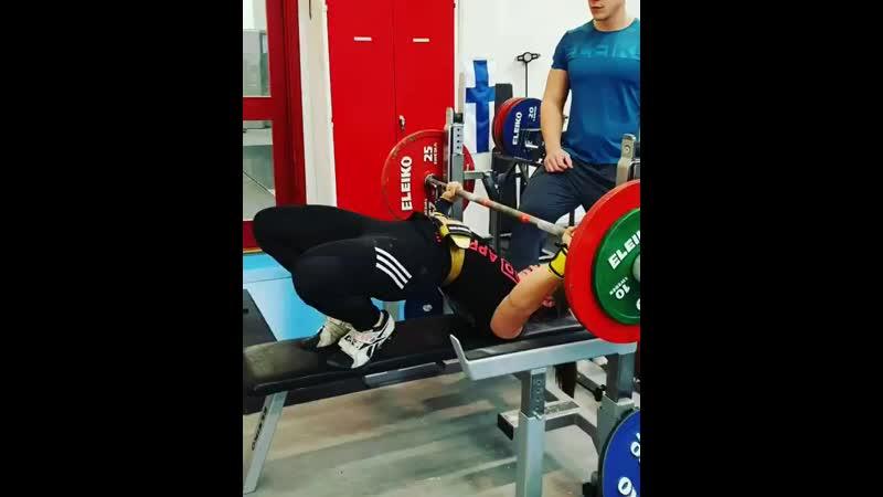 Анника Зеландер жмет 95 кг на 3 раза