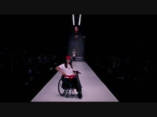 I-inclusive Ксении Безугловой на Mercedes-Benz Fashion Week с использованием UNAwheel Mini