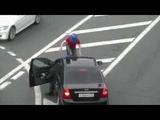 Мужчина с синим ведром на голове атаковал машину ФСО