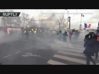 Момент взрыва гранаты на акции «жёлтых жилетов» попал на видео