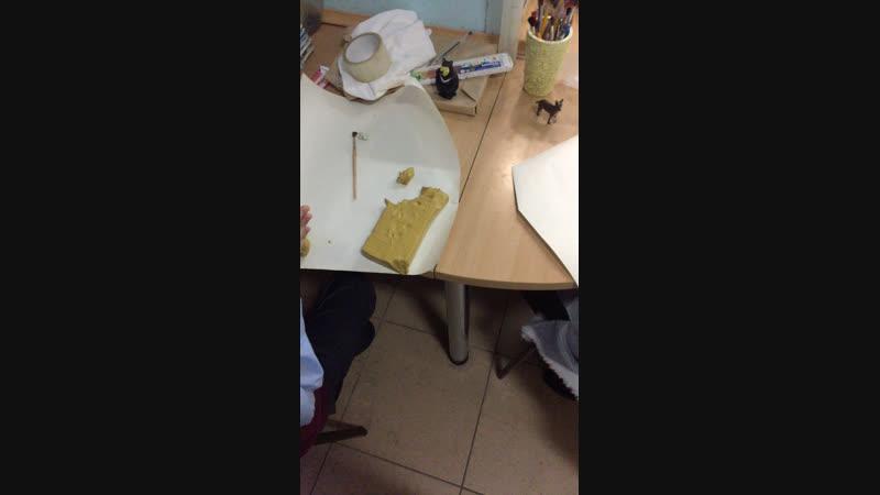 Урок скульптуры в студии живописи