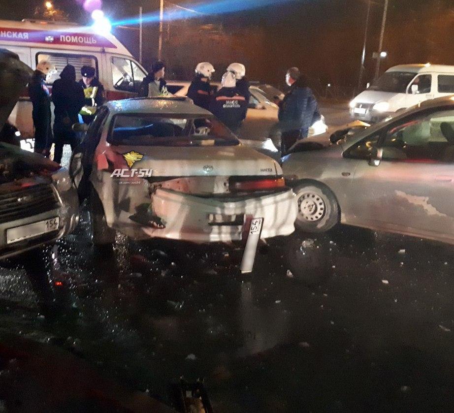 Массовое ДТП на перекрестке в Новосибирске: одного из водителей увезли в больницу