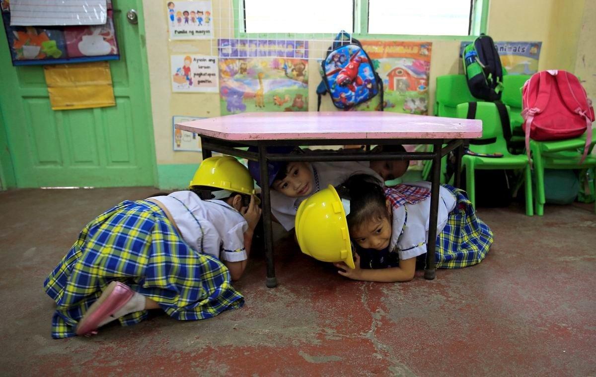 Давайте прячьтесь кто как может: Тренировка школьников на случай землетрясения по-филлипински