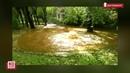 Фонтан холодной воды бьет из-под земли во дворе жилого дома
