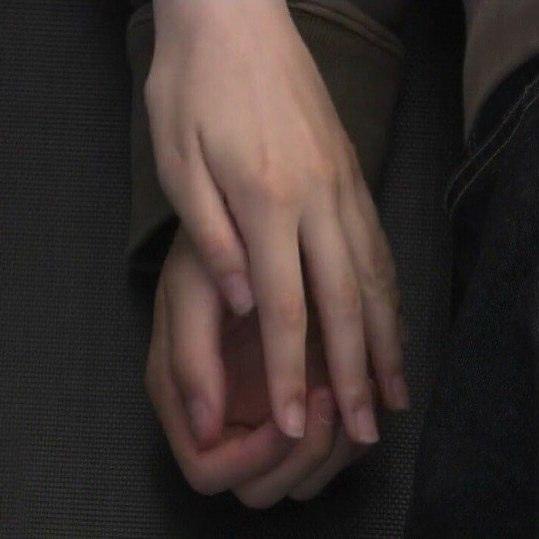 кроме любви ничего больше нет. я хочу, ты бы тоже хотела: держаться за руки, встречая рассвет, держаться за руки во время