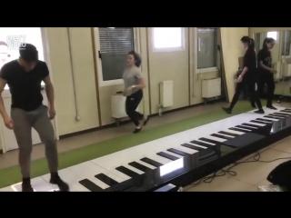 Сыграли Despacito на огромном пианино