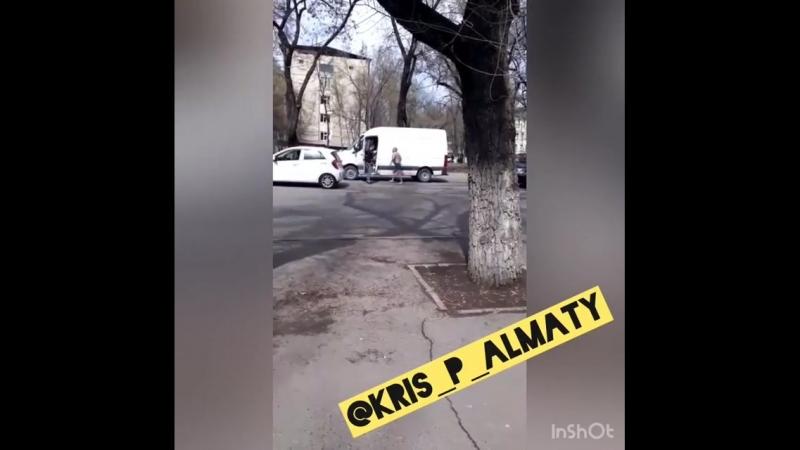 Алматыда жартылай жалаңаш еркек жолдағы көліктерді қиратқан (видео)