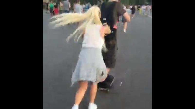 Оказываеться, катать других людей на скейтах не так уж и легко!