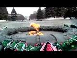 В Челябинске неизвестная женщина бросила венок в Вечный огонь. Челябинцы в ленте есть, может кто узнал