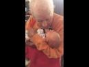 105-летний прадед впервые увидел внука