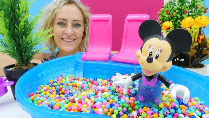 Spielzeugvideo für Kinder. Nicole spielt mit Minnie Mouse Verstecken