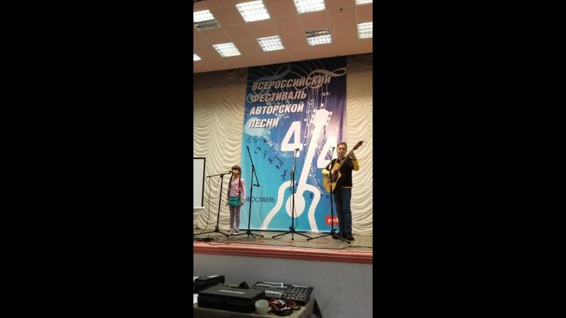 Алиса Сутормина (Москва) на фестивале 4/4. Аккомпанирует Алексей Хохлов (Клуб авторской песни г. Кострома)