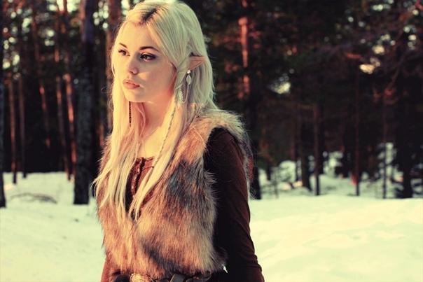 Скандинавы верили, что в Льюсальвхейме живут дивные создания, внешне мало чем отличающиеся от людей нестареющая, прекрасная раса светлых альвов (эльфов . Их противопоставляли асам и им
