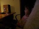 Малышка выразительно рассказывает сказку про сестрицу Аленушку и братца Иванушку.