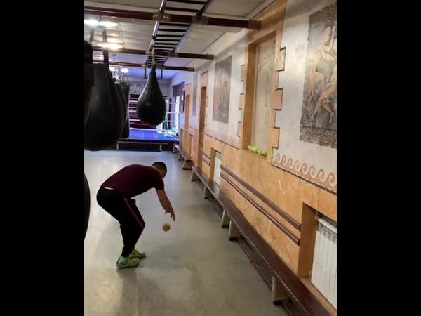Василий Ломаченко упражнение с мячом 2