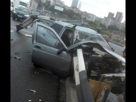 18. Момент ДТП с ограждением на Профсоюзном мосту в Тюмени. ВАЗ 2110 и ограждение. Водитель погиб.