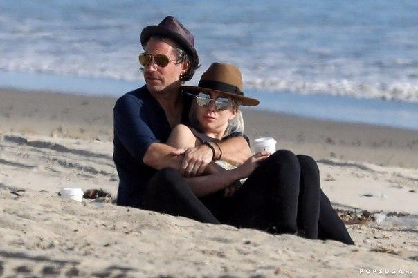 Леди Гага и Кристиан Карино на пляже в Малибу
