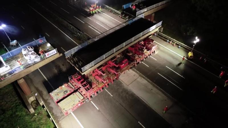 Четкий демонтаж Транспортер длиной 27 метров поднимает и увозит автодорожный мост весом 150 тонн над трассой М6 в Стаффордшире