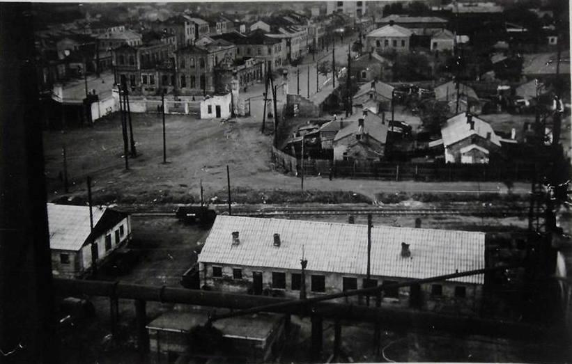 Вид с газгольдера на территории металлургического завода на начало ул. Артема. 1942 года