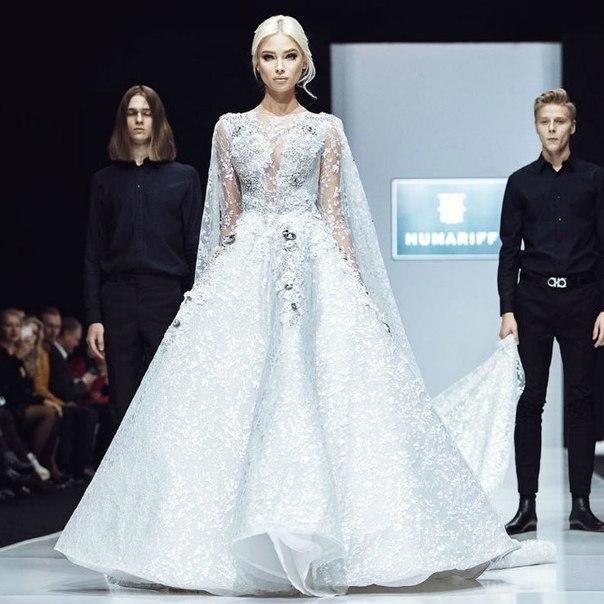Алена Шишкова вышла на подиум в свадебном платье