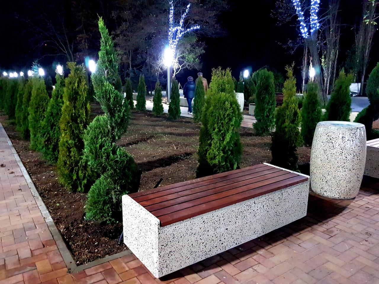 Ценные вечнозеленые растения, малые архитектурные формы, плиточное покрытие и светильники в Комсомольском парке Керчи, фото Кирилл Мазилов