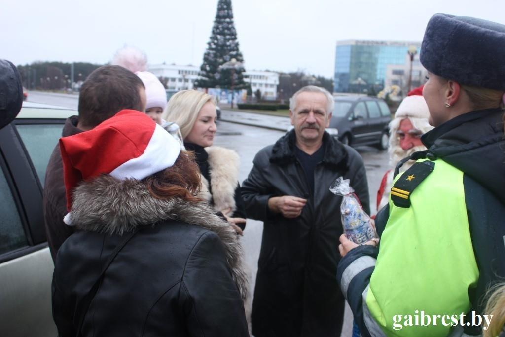 """ГАИ в Бресте провела поздравительно-профилактическую акцию """"Безопасный Новый год!"""""""
