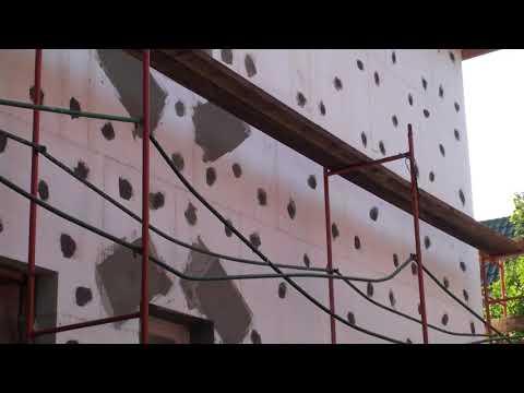 Приклеен пенопласт на стены газобетонного дома, проверяем качество приклейки, дюбелирования