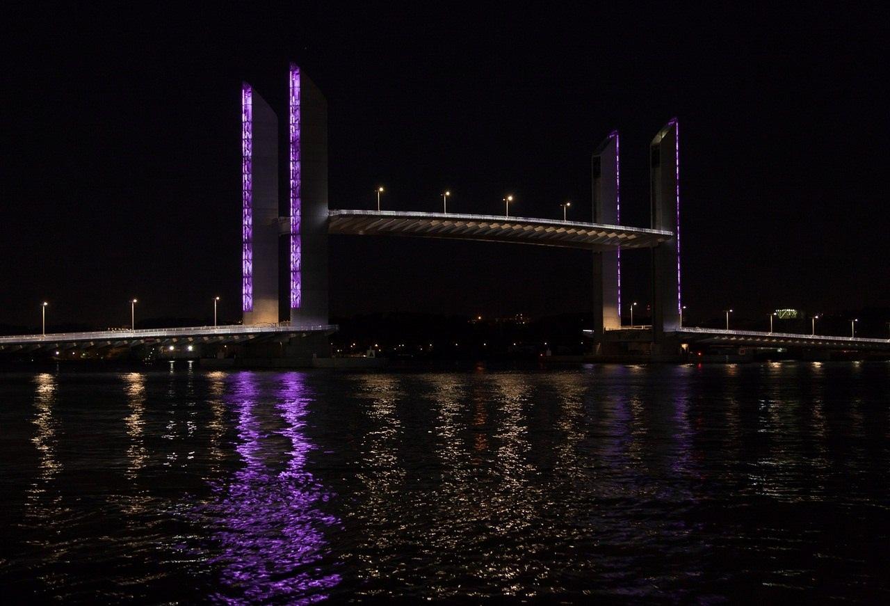 Мост через реку Гаронна во Франции с подъемной секцией