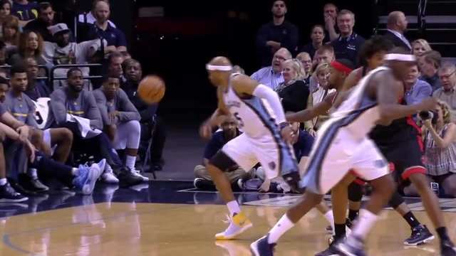 40 Years Old Vintage Vince Carter Spins to a 360 Reverse Lay-Up!