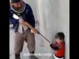 Террорист с Игила издевается над езидским мальчиком!?