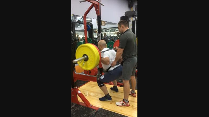 130 кг 4 подхода на 10 ,5 подход 160 кг на 9 раз