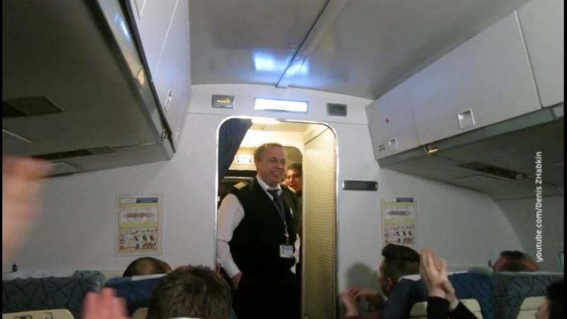Аплодисменты в самолете стали поводом для нешуточных споров в Интернете