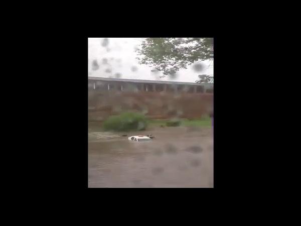 Машина такси с пассажирами утонула в Смоленске