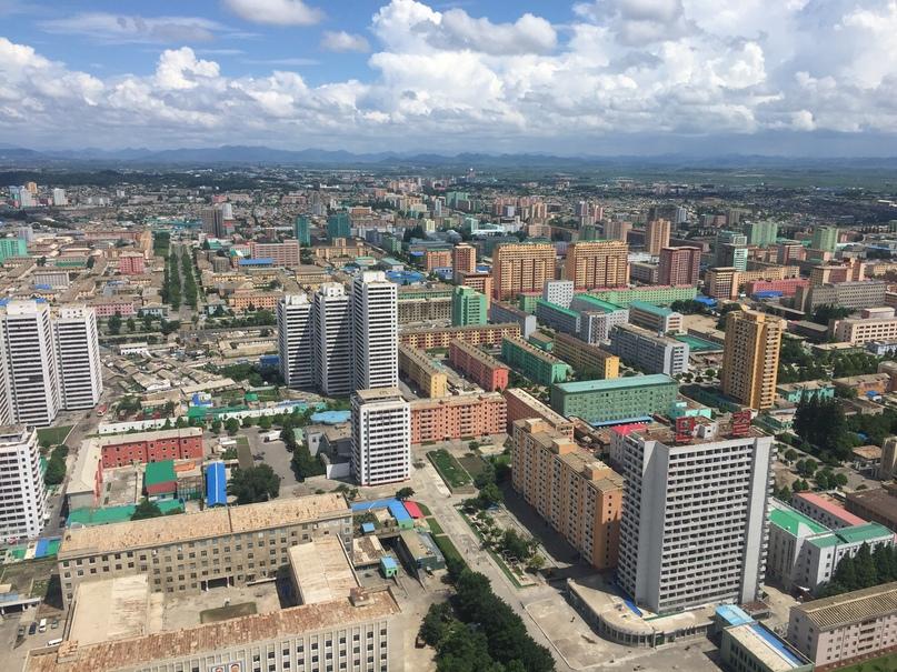 Восточный Пхеньян. Обратите внимание какие яркие здания