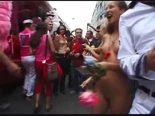 Продолжительное публичное обнажение – две подружки проводят все выходные абсолютно голыми