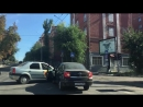 Две столкнувшиеся легковушки заблокировали перекресток в центре Саратова 1