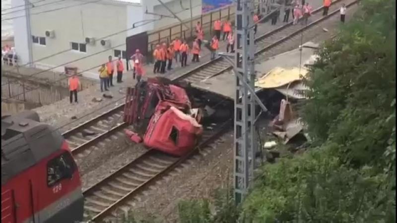 Поезда на пути в Сочи и обратно встали из-за упавшей на рельсы фуры