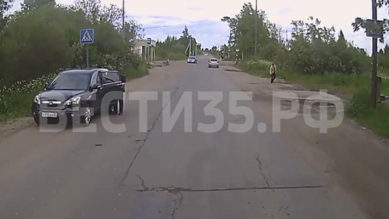 Маленький ребенок на велосипеде попал под машину