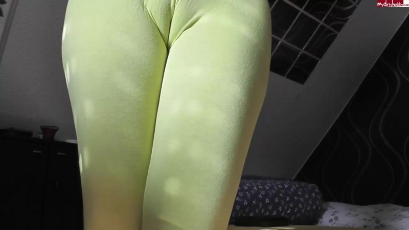 Glamour Bitch - Yellow leggins cameltoe piss