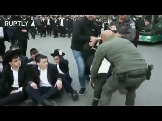 Израильские копы демократично разгоняют евреев-ортодоксов. Палки, водометы, наручники