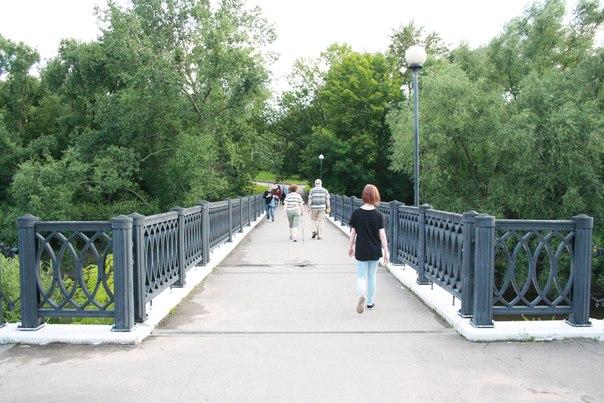 Мост прямой и унылый. Наверное, железобетонный, построенный совсем недавно. Но я буду считать, что чугунный (или каменный).