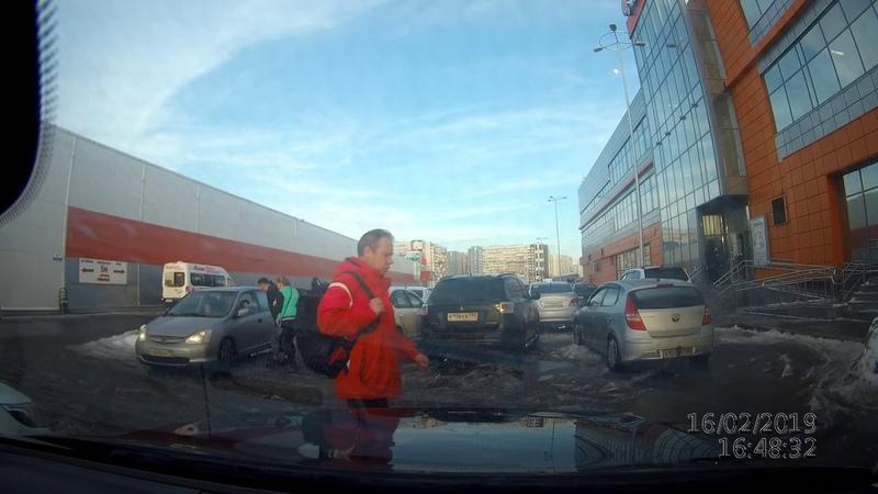 Невнимательному водителю ломают зеркало на парковке у АШАНа