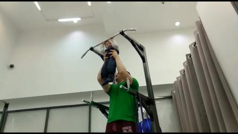 Малыш в студии FIT-N-GO подтягивается с тренером