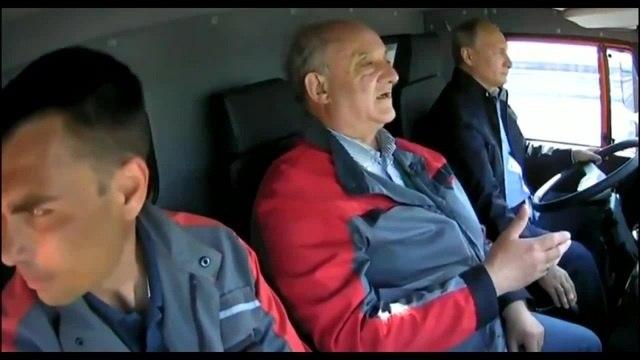 Путин учится водить Камаз