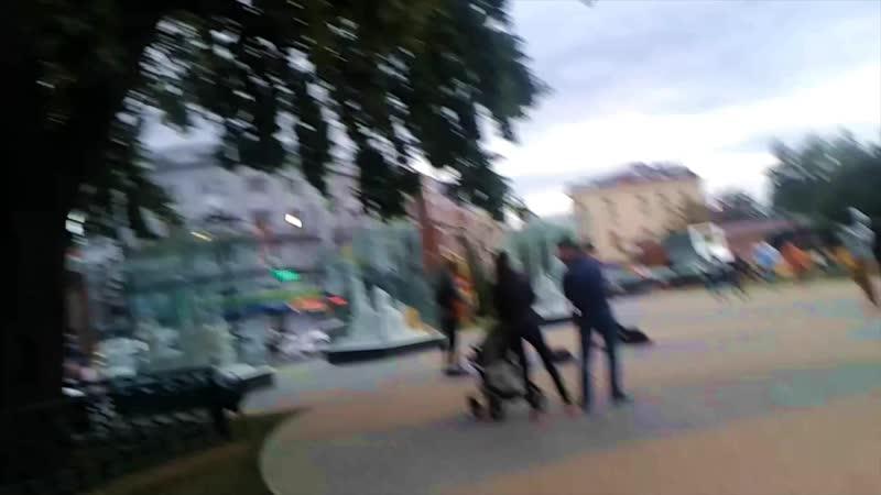 Харьков, фонтан влюбленным, уличный певец с гитарой