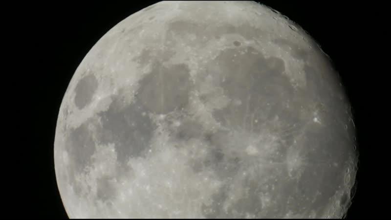 Пролет самолета на фоне Луны